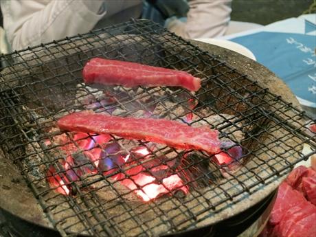 七輪で炭火焼肉。肉は能勢黒牛、炭はもちろん能勢菊炭